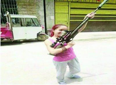 女子陌陌晒持枪照被缴纳,网友评价:不作就不会死